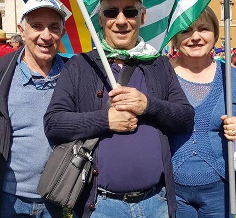 gruppo pensionati in piazza