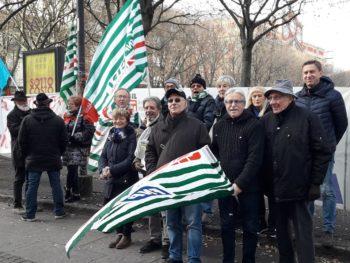 pensionati protestano in piazza