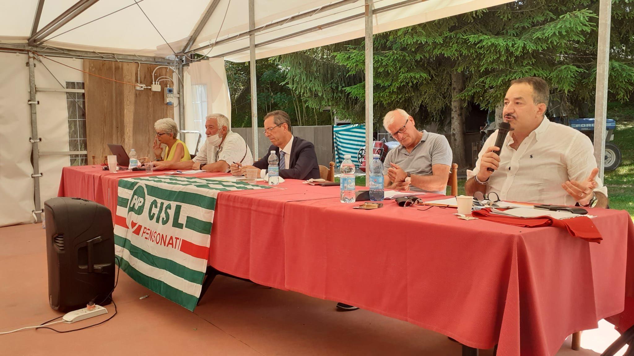 Consiglio generale Fnp Cisl Cuneo: il segretario generale della Cisl cuneese, Enrico Solavagione, con i dirigenti della categoria dei pensionati