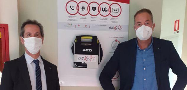 I segretari generali Matteo Galleano (a sin) della Fnp e Enrico Solavagione della Cisl Cuneo (a dx) vicino ad uno dei defibrillatori installati