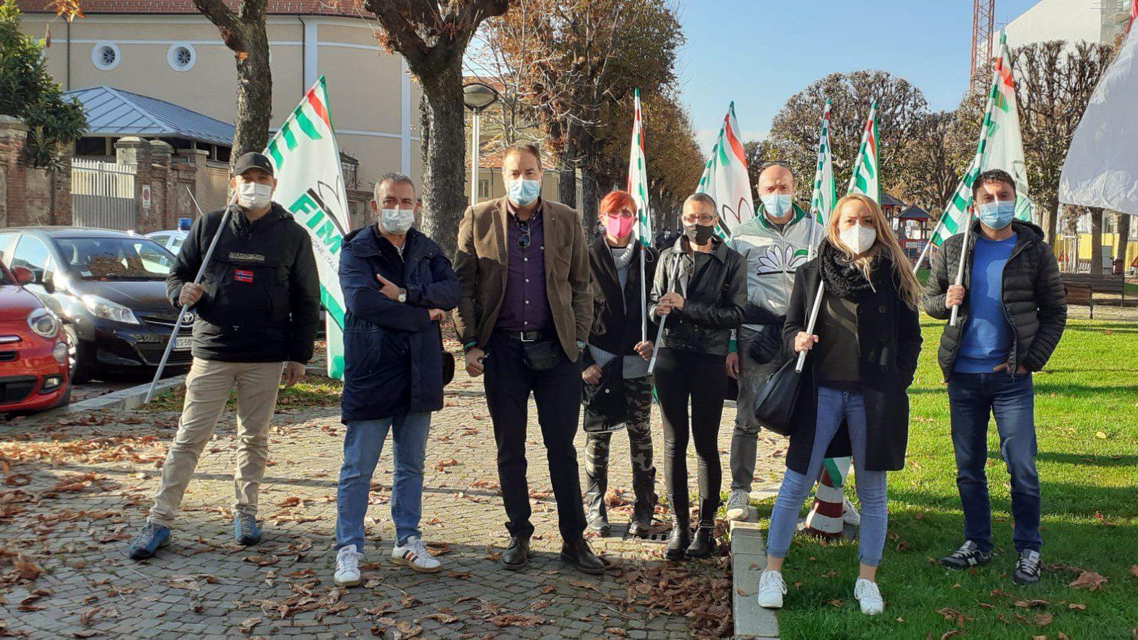 Alcuni delegati Fim Cisl con i segretari generale della Cisl Cuneo, Enrico Solavagione, e della Fim, Sergio De Salve al presidio che si è svolto durante lo sciopero dei metalmeccanici