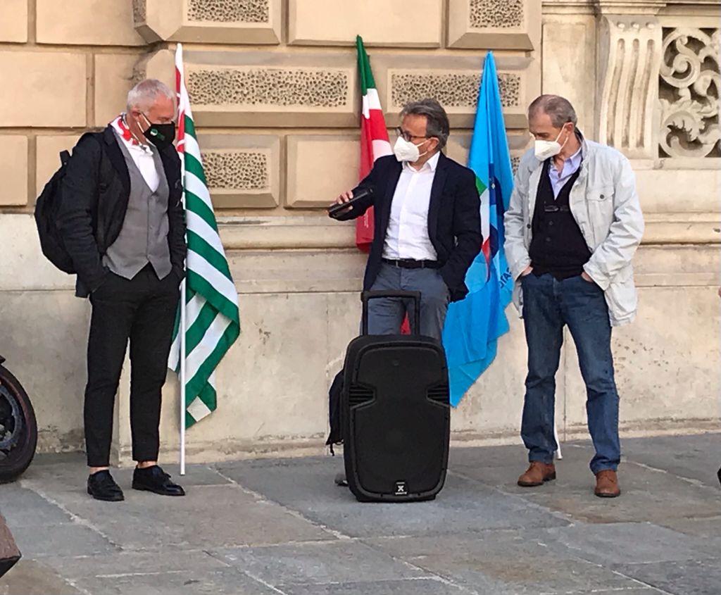 Il segretario della Cisl di Cuneo, Francesco Gazzola, (primo a sinistra) con i segretari generali Cgil e Uil durante il presidio davanti alla prefettura contro le stragi sul lavoro