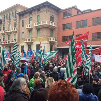 Tessili in piazza, un migliaio alla manifestazione di Biella