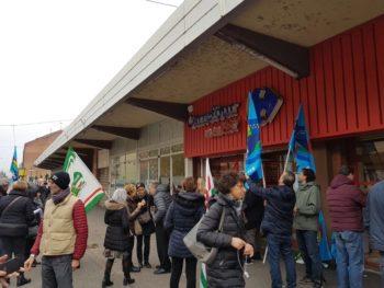 Lo sciopero dei dipendenti Carrefour di via Chiesa della Salute a Torino