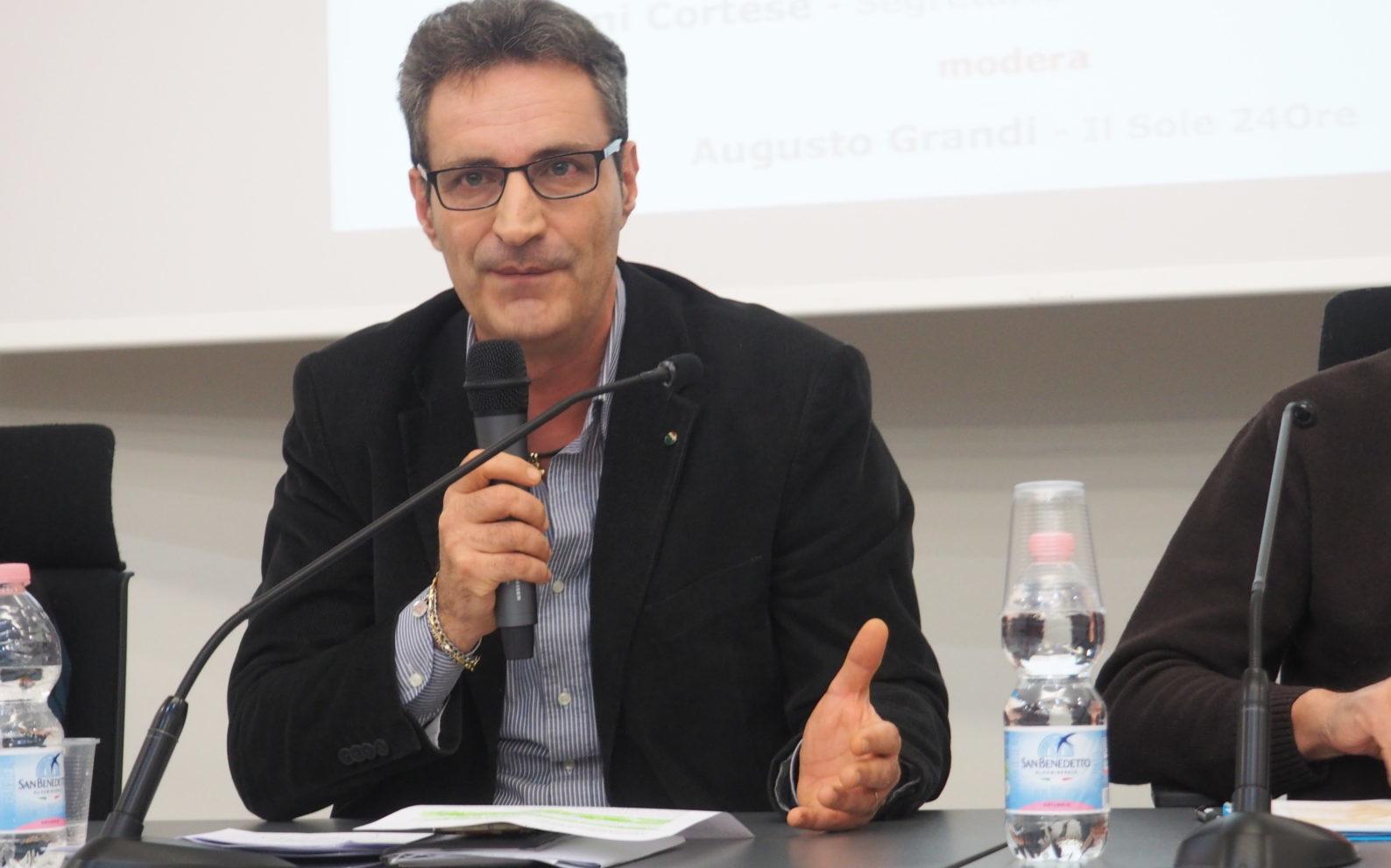 Primo piano del segretario Cisl Lo Bianco al convegno di Settimo Torinese al tavolo di presidenza
