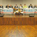 Il tavolo della presidenza del congresso primo piano