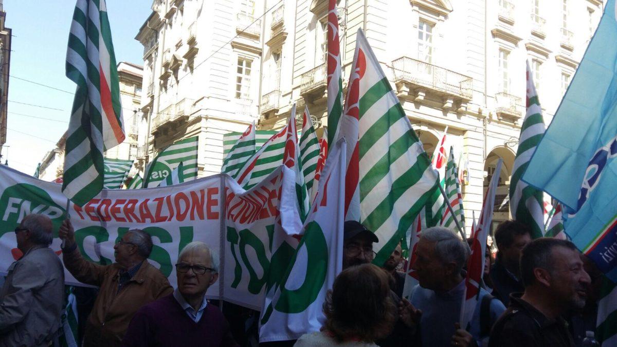 La manifestazione di Cgil Cisl Uil in piazza Palazzo di Città a Torino primo piano