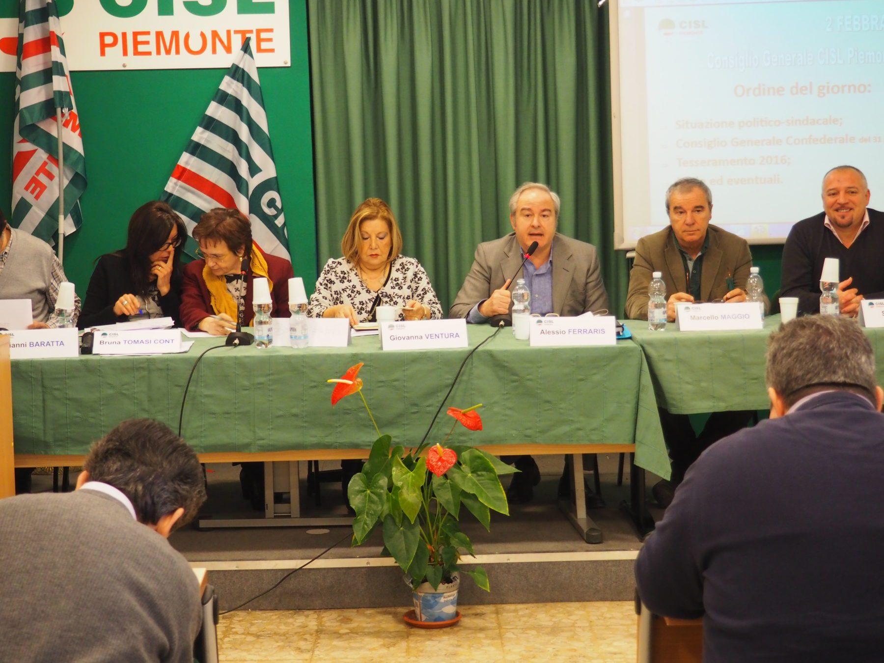 Il tavolo della presidenza al Consiglio generale Cisl Piemonte con ferrarsi che parla