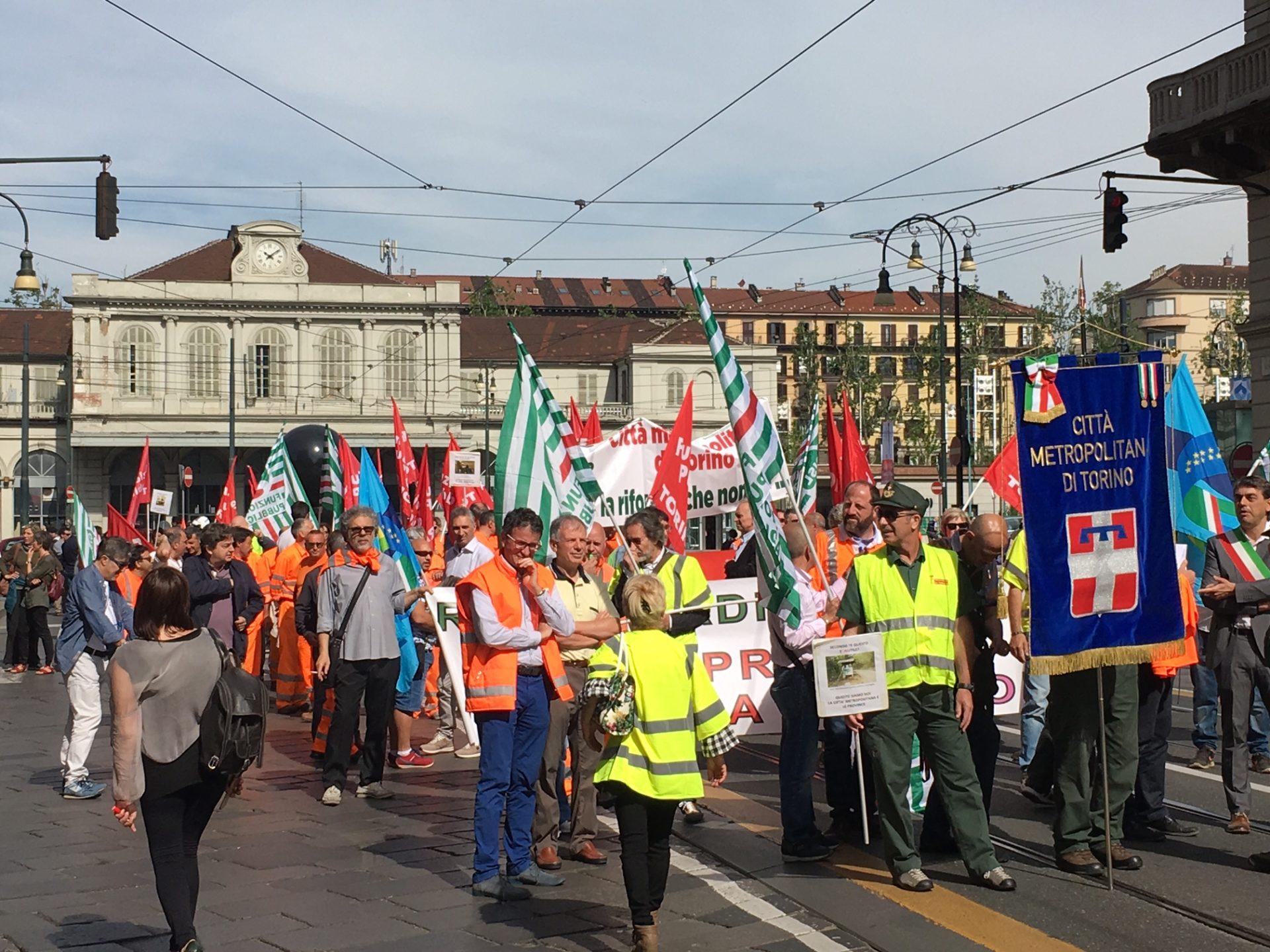 La manifestazione dei dipendenti della Città metropolitana primo piano