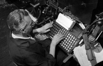 Milan, May 14th 1962 - Work at Corriere della Sera newspaper. An employee working at linotype section Milano, 14 maggio 1962 -Lavoro al giornale Corriere della Sera. Un impiegato al lavoro nella sezione linotypo primo piano