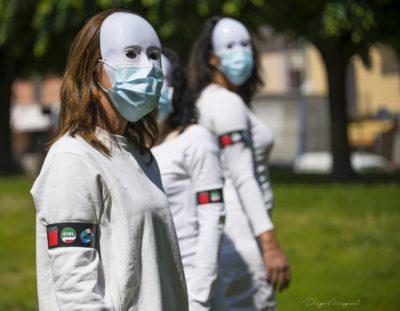 """""""Rompere il muro del silenzio, diamo voce agli invisibili"""": i lavoratori delle Rsa oggi in piazza a Settimo e Torino"""