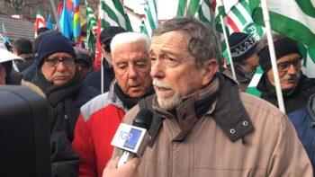 I presidi dei sindacati dei pensionati Fnp-Spi-Uilp Piemonte davanti alle Prefetture